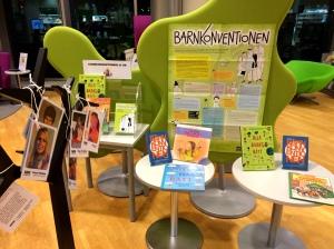Barnkonventionen skyltning på Stadsbiblioteket